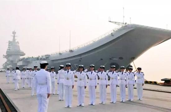 海军女舰员晒照辽宁舰当背景