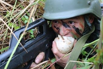 武警特战队员趴草堆里啃萝卜