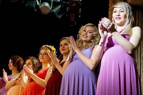 俄孕妇选美比赛吸睛 准妈妈打扮时髦大展风采