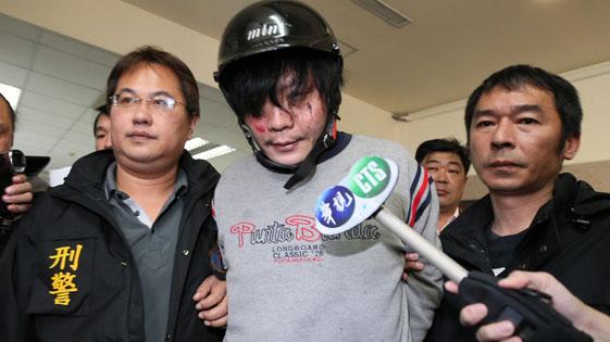 台北内湖4岁女童遇难案 嫌犯被痛殴后押走