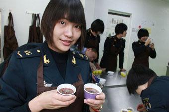 海军女兵做蛋糕缓解工作压力