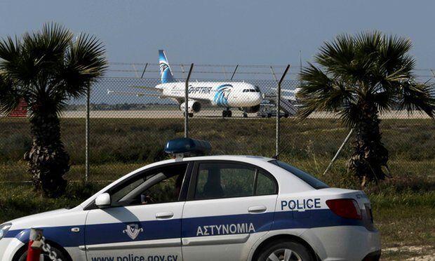 埃及航空飞开罗班机遭劫持 正在谈判