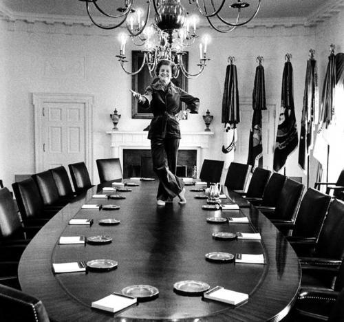 第一夫人在内阁会议桌上起舞