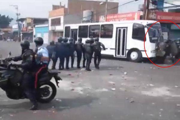 现场惨烈!委内瑞拉抗议者劫巴士碾压警察