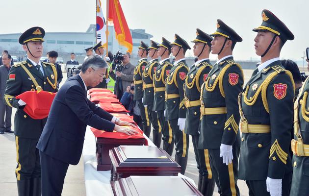 中韩交接第三批志愿军遗骸 伊尔-76接英烈回国