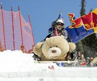 ?#28843;?#26497;限滑雪大赛:自制滑板花样繁多 欢乐不断