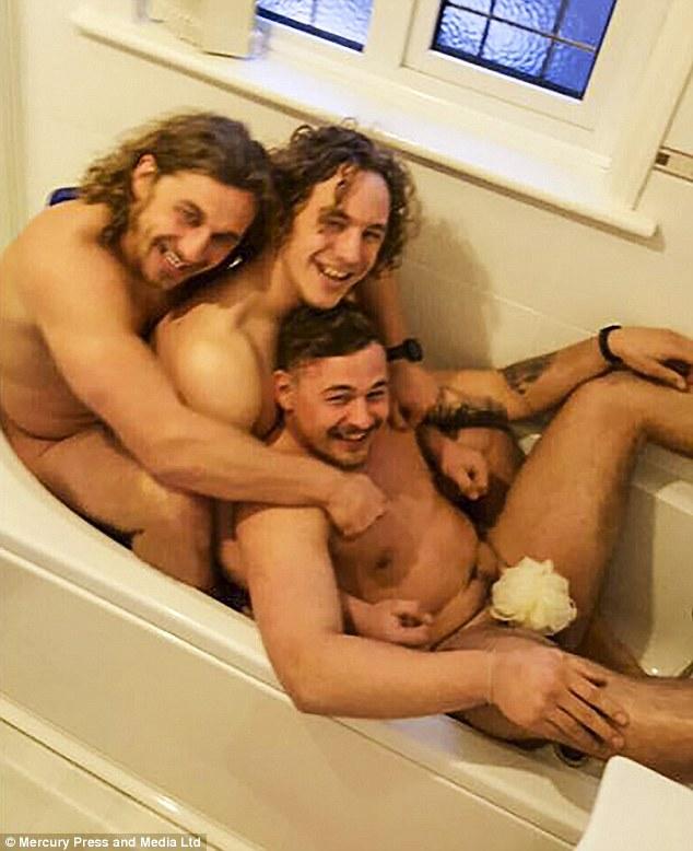 英三兄弟还原儿时浴缸裸照庆父母30周年结婚纪念日