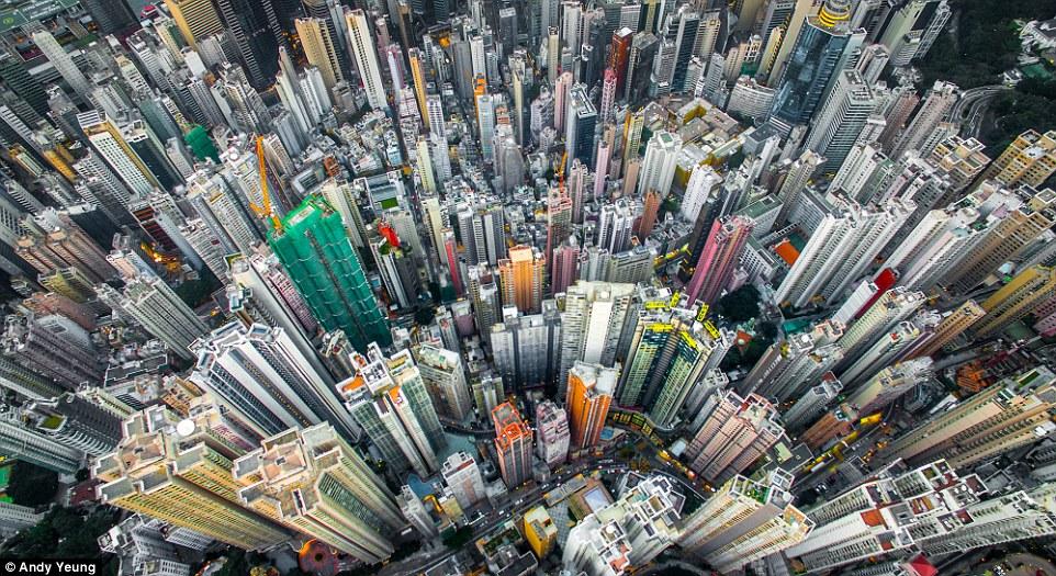 摄影师高空俯拍高楼林立香港
