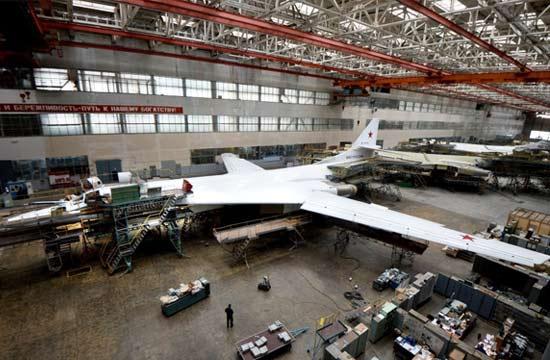 俄高调展示图-160战轰生产线