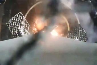 SpaceX首次成功海上回收火箭画面
