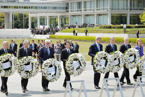 美国务卿克里和其他G7外长访广岛 向核爆纪念碑献花