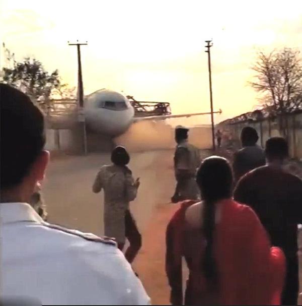 印度重型塔吊吊运客机时突然倒塌险伤路人