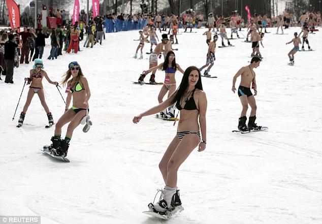 俄千名滑雪者着比基尼滑雪 有破世界纪录