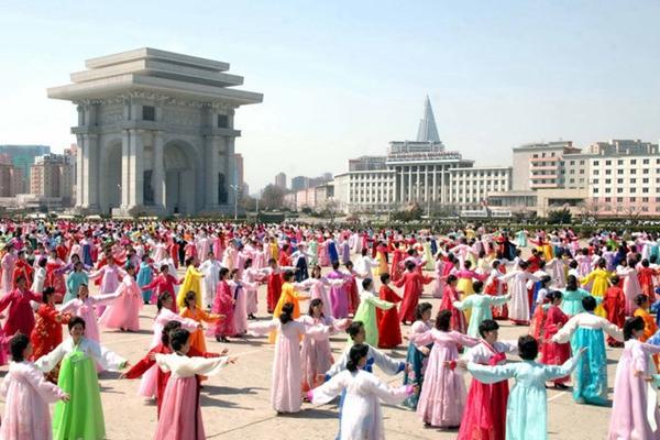 """朝鲜""""四月之春""""艺术节开幕 民众载歌载舞庆祝"""