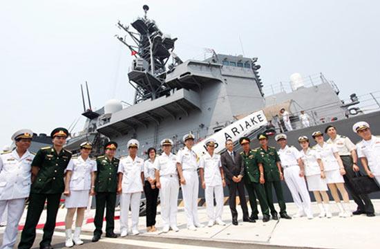 日本自卫队两艘驱逐舰访问越南