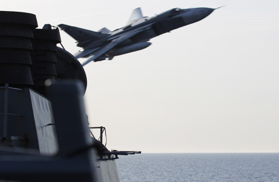 俄军苏24超低空飞掠美军驱逐舰