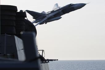 吓死宝宝:俄苏24超低空飞掠美驱逐舰