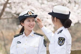 大学女国防生与花谁更美?