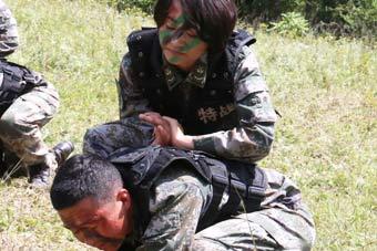 军营女汉子:男兵也不是对手