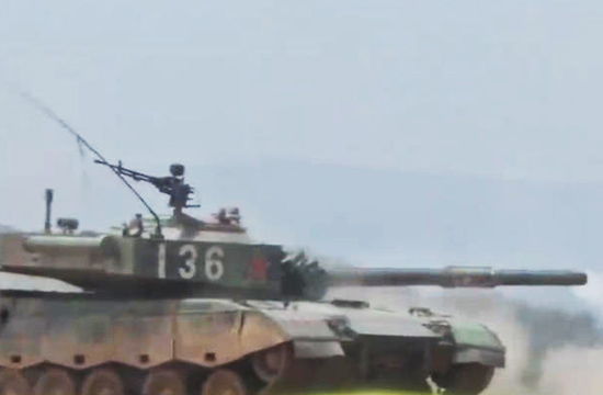 96A坦克行进命中1800米移动靶