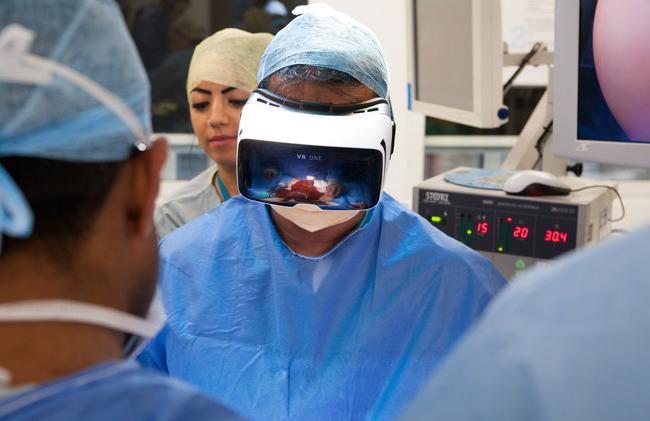 英国医生将VR直播手术:360度观看腹部肿瘤切除