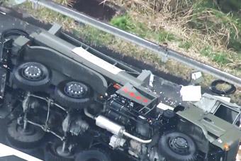 日本自卫队军车在地震救援途中侧翻