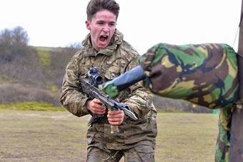 英军士兵还在进行刺刀训练?