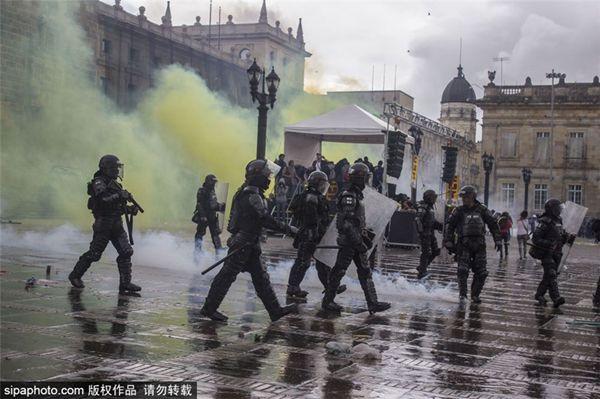 哥伦比亚爆发全国大罢工 抗议者与警方对峙反对经济政策