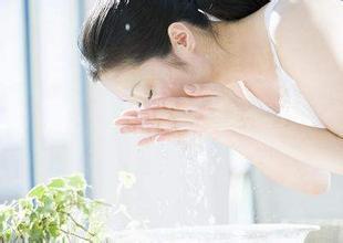 用什么洗脸会变白 这四种水堪称美白神水