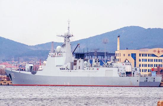 052D昆明舰现身北海舰队军港