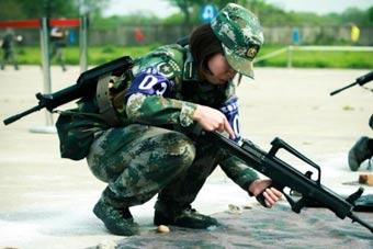 军校女学员玩起组枪动作麻溜