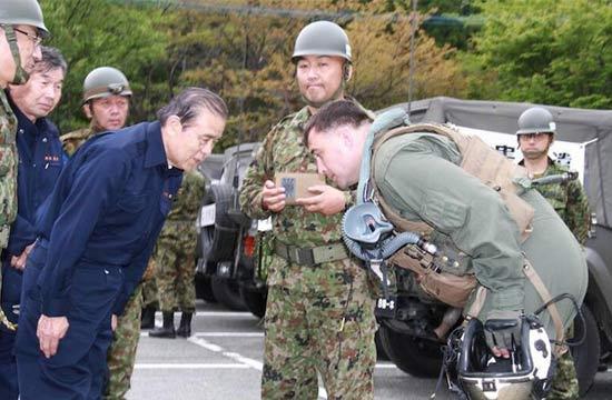 日本人感谢美军救灾 向其鞠躬
