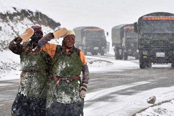 藏族同胞路遇解放军敬礼致意