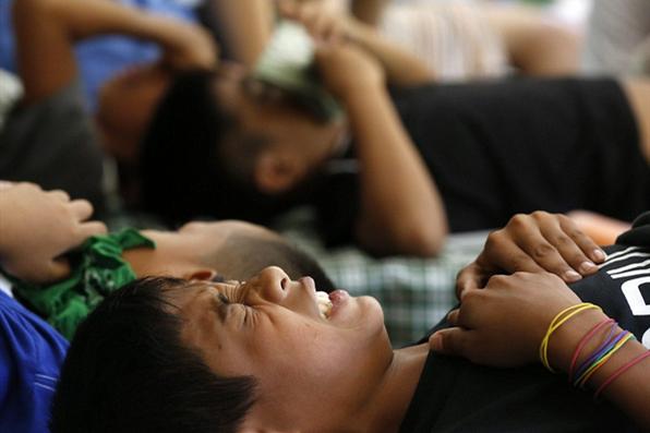 震惊!菲律宾300男童教室中行割礼手术