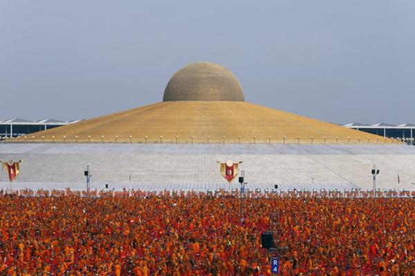 十万泰国僧侣聚集法身寺参加佛教盛会