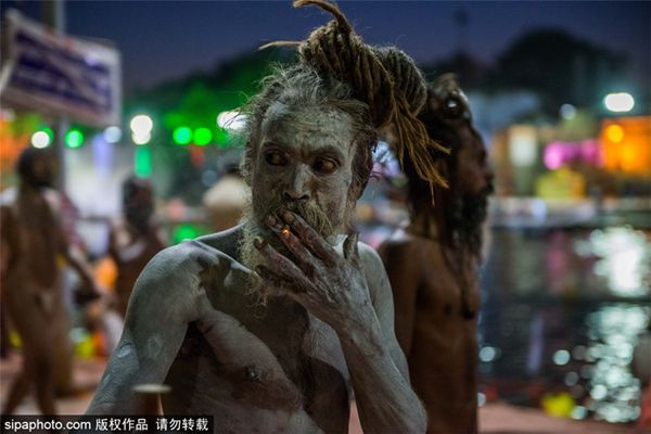 印度信徒聚集河畔圣浴庆祝大壶节