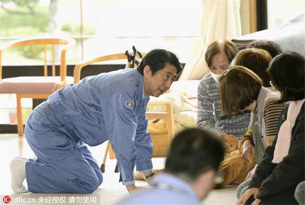 安倍走访熊本灾区临时安置点 慰问灾民