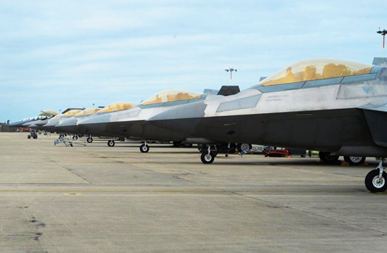 一大群美军F-22A猛禽进驻英国