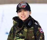 潘晓婷变身迷彩妹撩汉 滑雪场与男子相拥