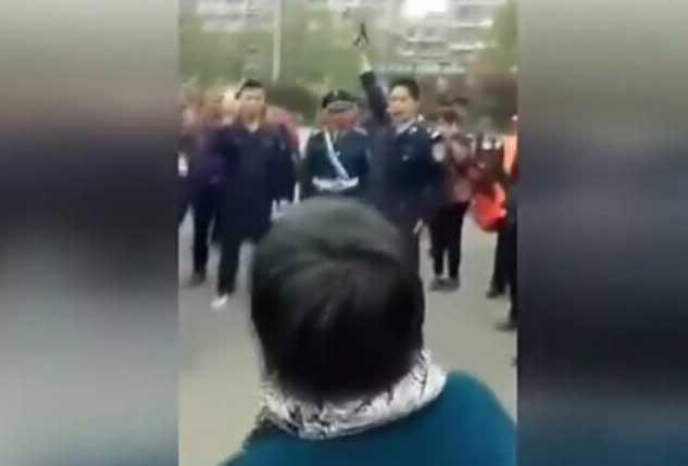 """河南警方鸣枪震慑""""医闹"""" 死亡幼儿母亲当场被吓跪"""