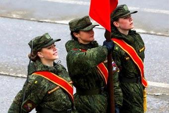 俄罗斯阅兵彩排女兵精神抖擞