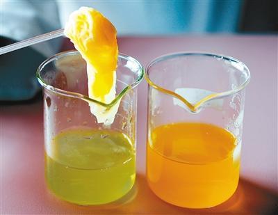 果味饮料用纸巾搅拌竟褪色 专家:色素增加肝脏负担