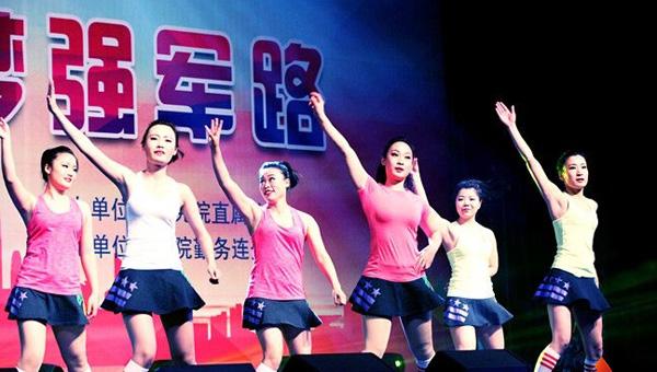 军校生女兵跳舞秀出飞扬青春