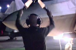 """F-22起飞前先""""放水"""" 像是在那啥"""