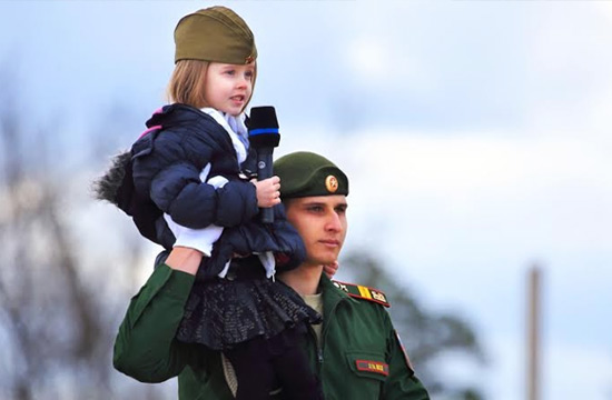 """小萝莉""""慰问""""俄军受阅大兵"""