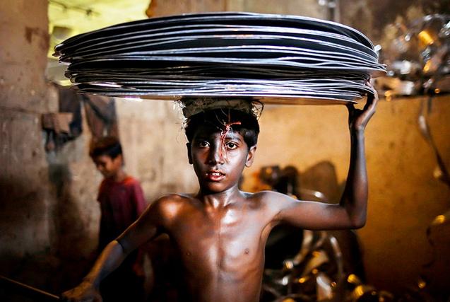 """国际劳动节童工群像:玩""""命""""赚钱的悲惨童年"""