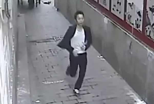 监控男子在小巷突袭捂嘴猥亵裙装女子