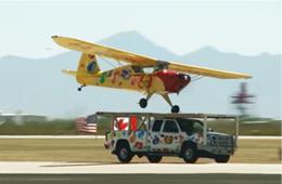 美国小型飞机在移动皮卡顶上降落