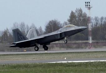 F-22在立陶宛上演超低空飞行