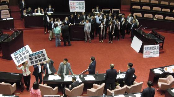 """国民党史上首次占领台湾""""立法院""""主席台(图)"""